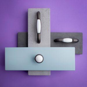 Ручка-скоба с фарфором, 96мм, серый